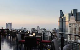 Ora pranzante crepuscolare al terrazzo di un grattacielo scoperto a Bangkok, la Tailandia fotografia stock libera da diritti