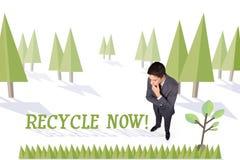Ora ricicli contro la foresta con l'albero della terra Immagine Stock