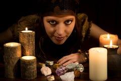 Oracle avec les pierres et les bougies curatives, la force de concept et le Lov Images libres de droits