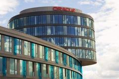 Oracle-bedrijfembleem op hoofdkwartier die op 18 Juni, 2016 in Praag, Tsjechische republiek voortbouwen Stock Foto