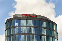 Oracle företagslogo på högkvarter som bygger på Juni 18, 2016 i Prague, Tjeckien Royaltyfri Foto