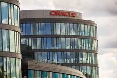 Oracle företagslogo på högkvarter som bygger på Juni 18, 2016 i Prague, Tjeckien Arkivbild