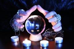 Oracle indiquant à futur gwith le globe en verre sur une table images stock