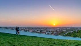 ORADEA, ΡΟΥΜΑΝΊΑ - 28 ΑΠΡΙΛΊΟΥ 2018: Ζεύγος που το ηλιοβασίλεμα σε Oradea από το Hill μανιταριών στη Ρουμανία στοκ φωτογραφία με δικαίωμα ελεύθερης χρήσης