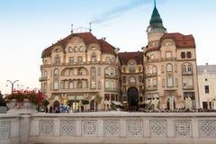 ORADEA, ΡΟΥΜΑΝΊΑ - 13 Ιουλίου: Μαύρο παλάτι Palatul Vulturul αετών Στοκ φωτογραφίες με δικαίωμα ελεύθερης χρήσης