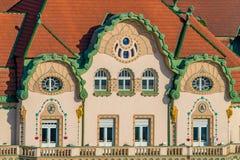 ORADEA, ROMÊNIA - 28 DE ABRIL DE 2018: Arquitetura bonita no centro histórico de Oradea, Union Square, Romênia fotos de stock royalty free