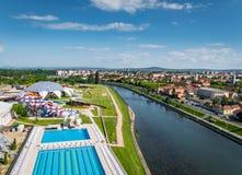 Oradea, Romênia - 17 de maio de 2017: Parque da água de Oradea com waterslid Fotografia de Stock