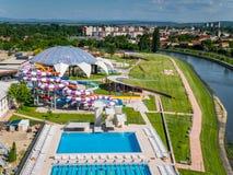 Oradea, Romênia - 17 de maio de 2017: Waterpark de Oradea com waterslide Fotos de Stock Royalty Free