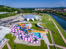 Oradea, Romênia - 17 de maio de 2017: Waterpark de Oradea com waterslide Foto de Stock Royalty Free