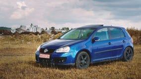 Oradea/Rumänien May 25, 2019: Blaues Volkswagen Golf mk5 GTI auf einer Rasenfläche stockfotos