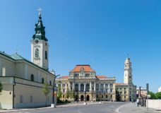 ORADEA RUMÄNIEN - 28 APRIL, 2018: Mitten av Oradea bredvid Union Square royaltyfri bild