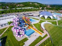 Oradea Rumänien - Maj 17, 2017: Oradea waterpark med watersliden Royaltyfria Bilder