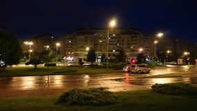 Oradea/Rumänien May23, 2019: Abend zur Nacht, Zeitspanne mit Verkehr nach Regen in der Stadt stock video