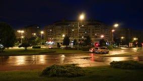 Oradea/Rumänien May23, 2019: afton till natten, tidschackningsperiod med trafik efter regn i staden stock video