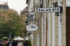 ORADEA RUMÄNIEN - 26 10 2017: Restaura för SaladBox salladsnabbmat Fotografering för Bildbyråer