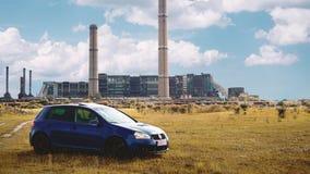 Oradea/Rumania 25 May, 2019: Volkswagen Golf azul mk5 GTI en un campo de hierba fotografía de archivo