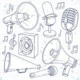 Orador, chifre, microfone e orador cercados por notas da música Foto de Stock Royalty Free