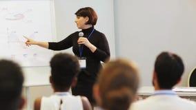 Orador com o microfone na conferência de negócio video estoque