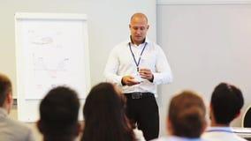 Orador com a turbina eólica na conferência de negócio filme