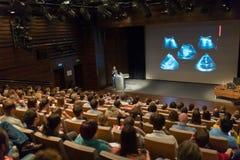 Orador do negócio que dá uma conversa na sala de conferências Fotografia de Stock