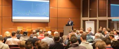 Orador do negócio que dá uma conversa no evento da conferência de negócio imagens de stock royalty free
