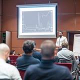 Orador Giving de Skiled una charla en la reuni?n de negocios imagenes de archivo