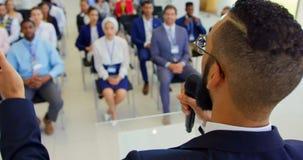 Orador masculino asiático que fala em um seminário 4k do negócio filme