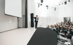 Orador na convenção e na apresentação do negócio Audiência na sala de conferências imagens de stock