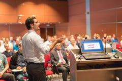 Orador público que dá a conversa no evento do negócio foto de stock royalty free