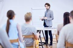 Orador pelo whiteboard fotos de stock