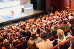 Orador que dá a apresentação na conferência de negócio científica imagens de stock