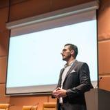 Orador que dá a conversa na conferência de negócio fotos de stock royalty free