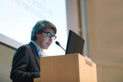 Orador que dá a conversa sobre na conferência de negócio Imagem de Stock