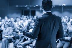 Orador que da charla en el evento del negocio imagen de archivo