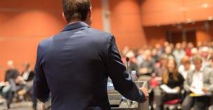 Orador que da charla en el evento del negocio Imagenes de archivo