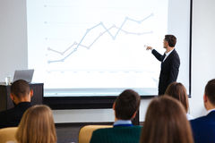 Orador seguro que dá a apresentação pública usando o projetor fotos de stock royalty free