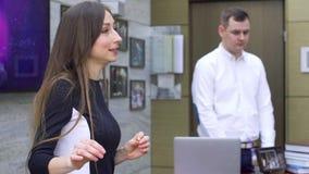 Oradores do negócio que dão uma conversa na conferência incorporada video estoque