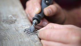 Orafo Polishing Silver Earring con la smerigliatrice archivi video