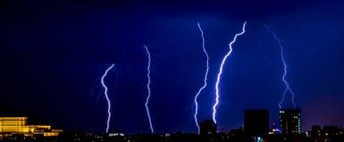 Orage au-dessus de la ville de Bucarest, Roumanie Photos libres de droits