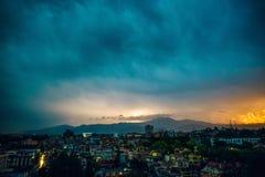 Orage au-dessus de Patan au coucher du soleil Images libres de droits