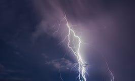 Orage avec des boulons de foudre sur l'île thaïlandaise Images stock