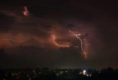 Orage avec des boulons de foudre sur l'île thaïlandaise Photos stock