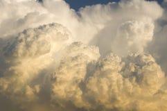 Orage déménageant dedans au coucher du soleil Photographie stock