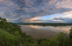 Orage de soirée au-dessus d'une rivière large photo stock