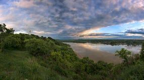 Orage de soirée au-dessus d'une rivière large photos stock