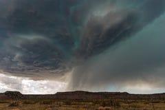Orage de Supercell avec les nuages et la grêle dramatiques Photo stock