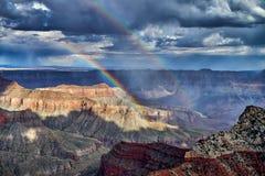Orage et arc-en-ciel au-dessus de Grand Canyon photo stock