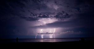 Orage et foudre en mer Photographie stock libre de droits