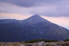 Orage et un fond de montagne photos libres de droits
