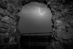 Orage par la vieille voûte en pierre image stock
